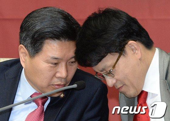 [사진]홍문종-윤상현, '긴밀하게'