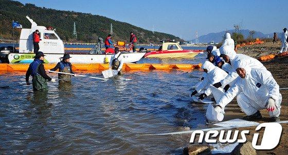 지난해 11월 21일 오후 경북 고령군 강정고령보 상류에서 가상의 기름유출 상황에 대응하는 2013 하반기 수질오염사고 대비 합동 방제훈련'이 열렸다. /뉴스1 © News1