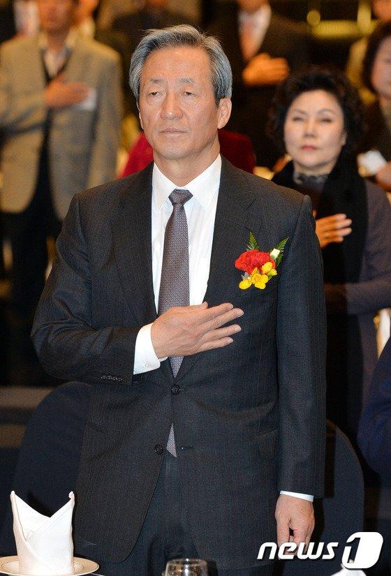 [사진]국기에 대한 경례하는 정몽준 의원