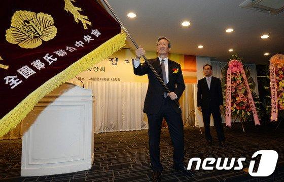 [사진]깃발 흔드는 정몽준 의원