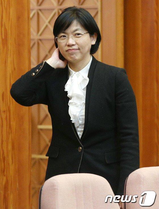 [사진]법정 들어서는 이정희 대표