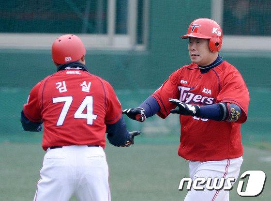 [사진]KIA 나지완 '김 코치님 홈런 날렸어요!'