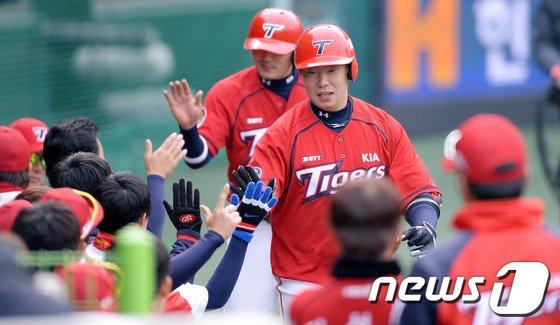 [사진]KIA 나지완 '시범경기에도 홈런 펑!'