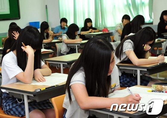 한 중학교 3학년 학생들이 2013 국가수준 학업성취도 평가 시험을 치르고 있다. / 뉴스1 © News1 노화정 기자