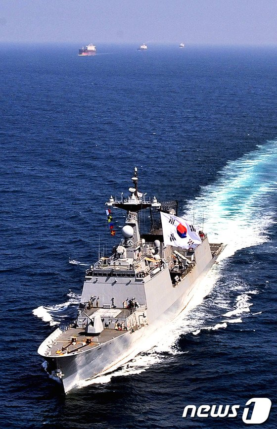 아덴만 해역에서 상선을 호송 중인 청해부대 문무대왕함.(해군제공) © News1