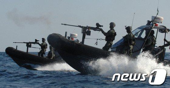 해상기동작전을 펼치고 있는 청해부대 특수전요원들.(해군제공) © News1