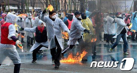 [사진]화염병 등장한 시위에서는?