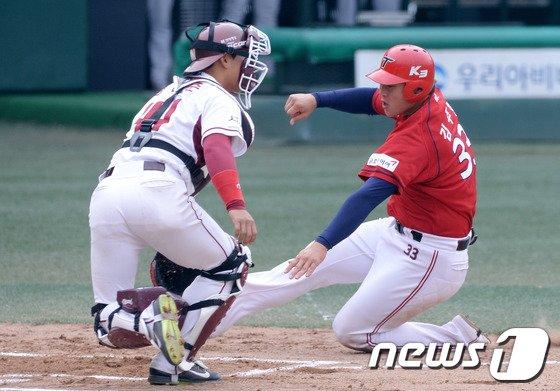 [사진]KIA 김주형 '홈을 향해 뛰어라!'