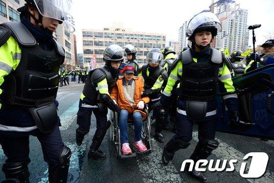 [사진]여성 집회 참가자는 여성 기동대원이