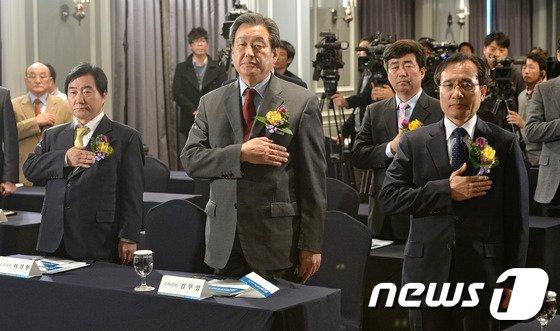 [사진]국민의례하는 문상부-김무성-이석현