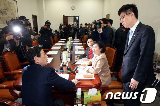 [사진]유재중 위원장-이영찬 차관 '기초연금법 대화'