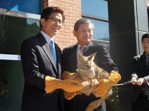 김문수 경기지사(왼쪽)에게 복제 코요테를 전달하는 황우석 박사. /사진=머니투데이 DB