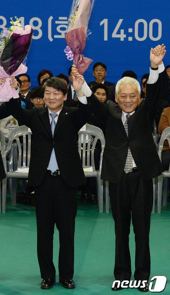 [사진]두 손 잡은 김한길-안철수