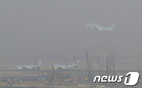 [사진]황사 속 비행