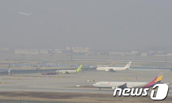 [사진]뿌연 황사 속 비행기