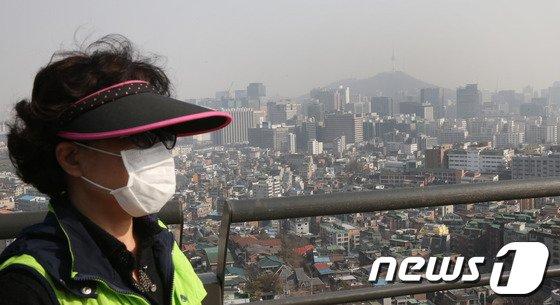 [사진]올 봄 첫 황사 '마스크는 필수'