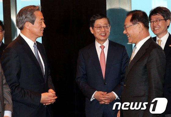 [사진]김황식-정몽준 '황우여 대표와 웃으면서'