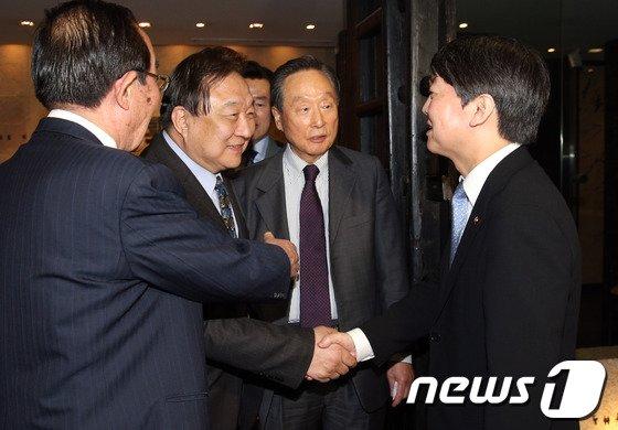 [사진]민주 상임고문단 인사하는 안철수