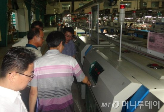 변종립 에너지관리공단 이사장이 19일 베트남 태광비나 공장의 에너지 진단을 위해 현장을 점검하고 있다./사진= 에너지관리공단