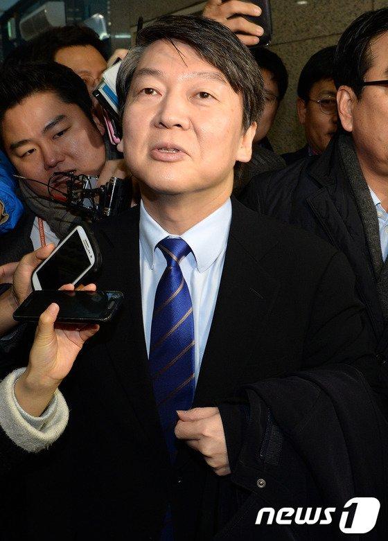 [사진]안철수 위원장 '기초공천제 폐지 깨질 수 없는 약속'