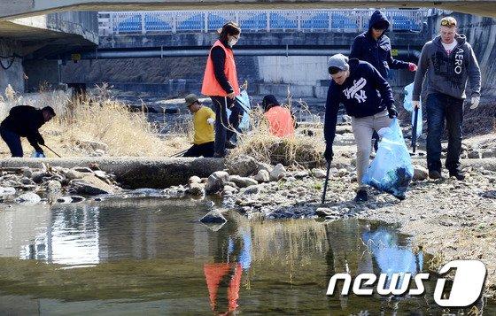 [사진]미2사단 장병들 '한국 하천을 깨끗하게'