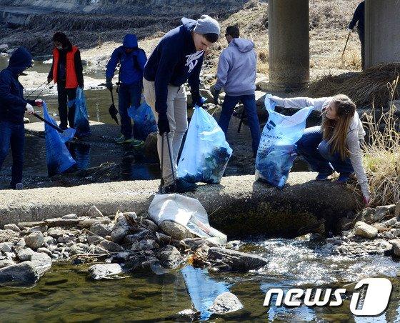 [사진]하천 청소하는 미군 장병들