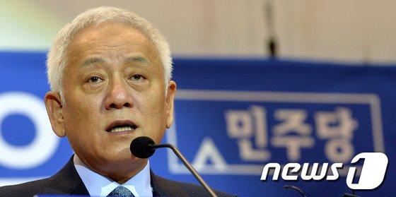 [사진]눈시울 붉어진 김한길 대표