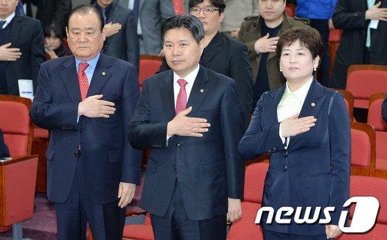 [사진]국민의례하는 홍문종-강은희-송광호