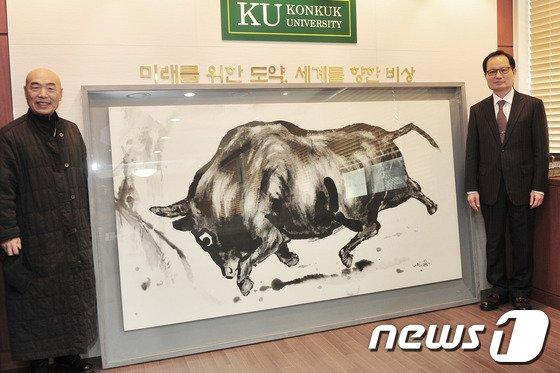 이성근 화백(왼쪽)과 황소그림, 송희영 건국대 총장. (건국대 제공)  © News1