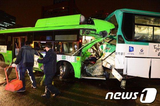 19일 오후 11시45분께 서울 송파구 방이동 송파구청 사거리 인근에서 달리던 시내버스가 신호를 기다리며 멈춰서있던 다른 시내버스를 뒤에서 들이받았다. 이 사고로 버스기사와 승객 등 2명이 숨지고 11명이 크고 작은 부상을 입었다. 사고발생 직후 송파구청 관계자들이 현장을 수습하고 있다. 2014.3.20/뉴스1 © News1   정회성 기자
