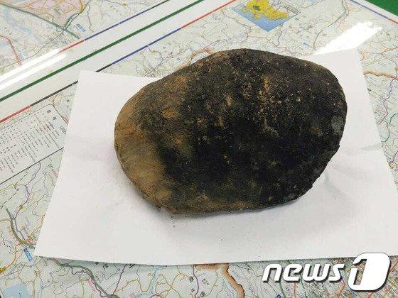 12일 진주시 미천면 오방리중촌마을 박상덕(80)씨는 지난 11일 오후 자신의 밭에서 운석으로 보이는 암석을 발견했다고 공개해 이목을 끌고 있다. 2014.3.12/뉴스1 © News1   여주연 기자