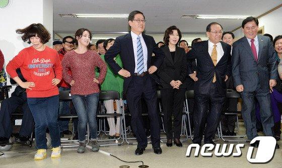 [사진]춤추는 새누리당 지도부와 김황식 예비후보