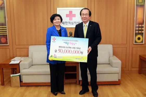 정완대 건설공제조합 이사장(오른쪽)는 24일 서울 중구 대한적십자사 본사에서 유중근 적십자사 총재에게 기부금 5000만원을 전달했다.(대한적십자사 제공)© News1