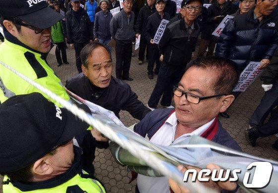 [사진]면담 요청하는 보수단체 회원들