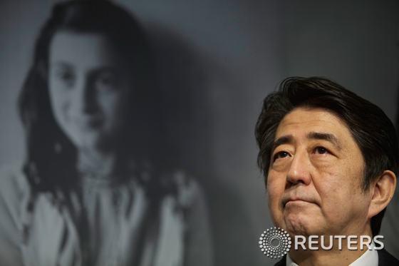23일(현지시간) 안네 프랑크 집을 방문한 아베 신조 일본 총리. © 로이터=뉴스1 윤태형 기자