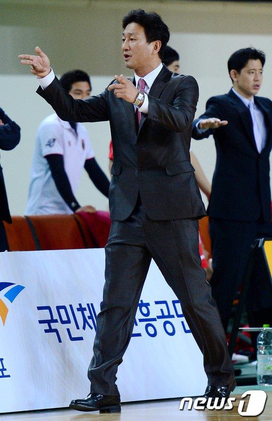 [사진]작전 지시하는 이민형 고려대 감독