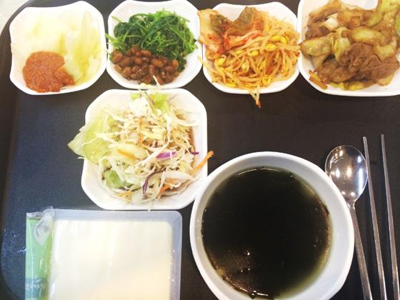 특별한 약속이 없는 평일에는 구내식당 한식 메뉴에 밥 대신 두부를 대체해 먹었다./사진=배영윤 기자