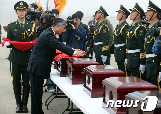 [사진]유해함에 오성기 덮는 추궈홍 중국대사