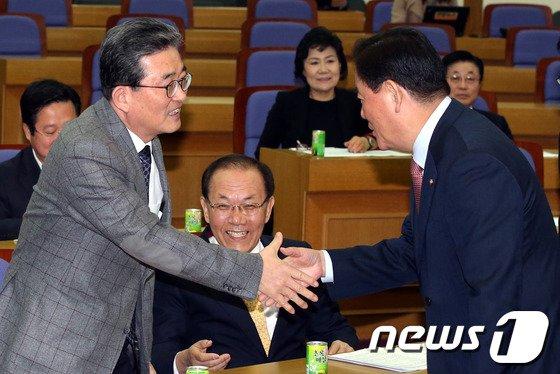 [사진]악수하는 이한구-최경환