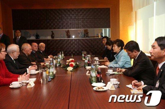 [사진]박근혜 대통령, 통일관련 인사 접견
