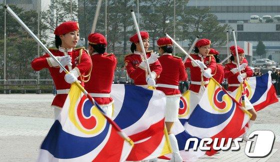 [사진]여군의장대 '화려한 군무'