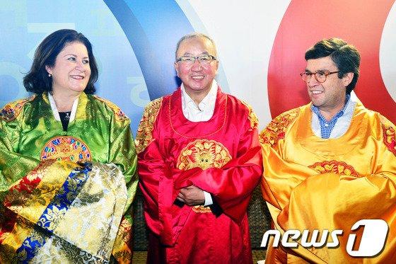 [사진]현오석 부총리 '한복은 아름다워'