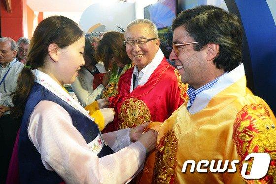 [사진]현오석 부총리 'IDB 총회서 한복자랑'