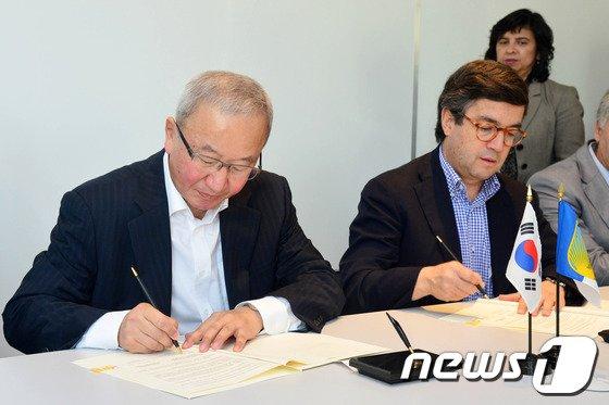 [사진]현오석 부총리, EDCF-IDB 협조융자 지원의향서 서명
