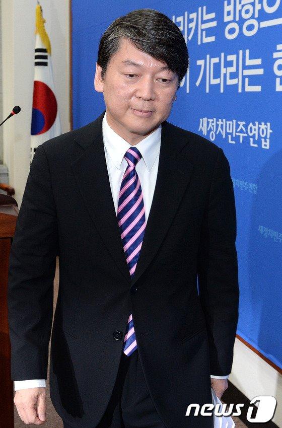 [사진]기자회견 마친 안철수 공동대표