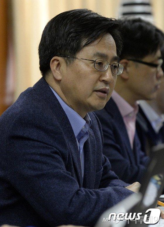 국무조정실장이 30일 오전 서울 세종로 정부서울청사에서 열린 '규제개혁 장관회의' 관련 기자간담회에서 모두발언을 하고 있다