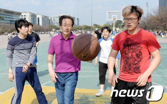 [사진]정몽준 청년들과 길거리 농구