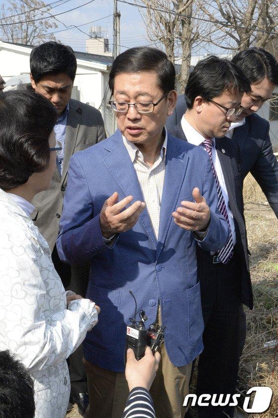 [사진]김황식 후보 '구룡마을 재개발 어떻게?'