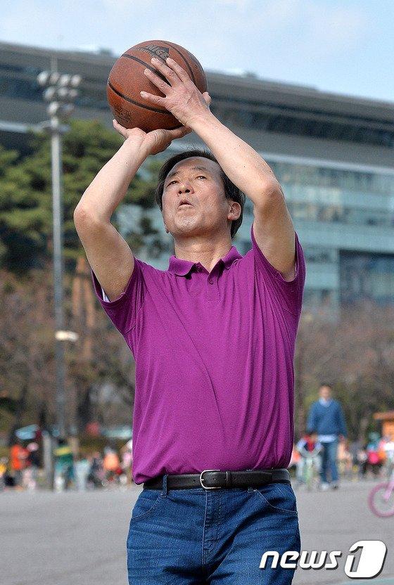 [사진]슛 하는 정몽준 예비후보