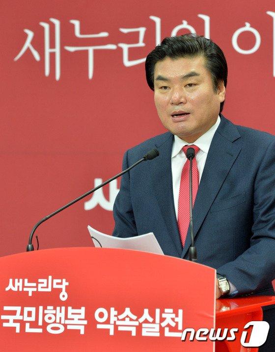 [사진]정책발표 기자회견 갖는 원유철 예비후보